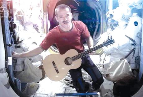 Đoạn phim ca nhạc đầu tiên được quay trên vũ trụ 1