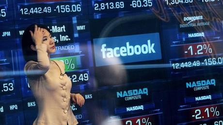 Facebook đã thay đổi như thế nào sau 1 năm lên sàn chứng khoán?