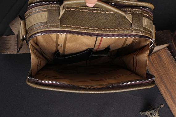 Nội thất bên trong túi xách nam giá rẻ thiết kế khá đơn giản