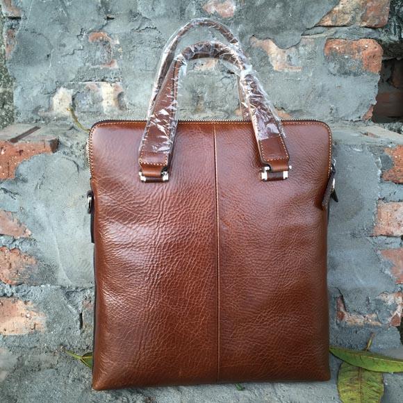 Mặt sau túi đeo chéo nam được làm nhẵn bóng tôn lên vẻ đẹp và sự sang trọng của chiếc túi