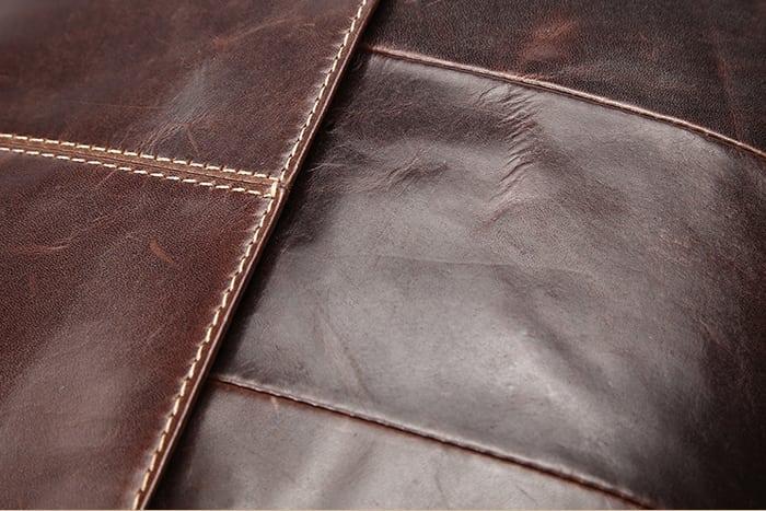 Chất da bóng bẩy làm tăng độ sang trọng của chiếc túi