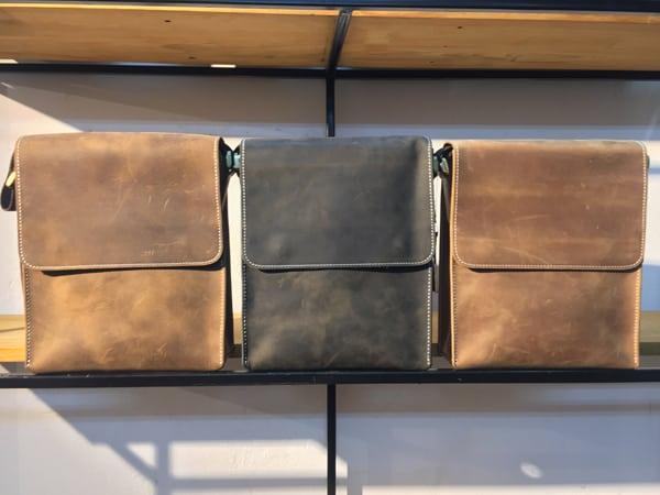 Túi đeo chéo nam da bò thời trang sang trọng KT33 trưng bày