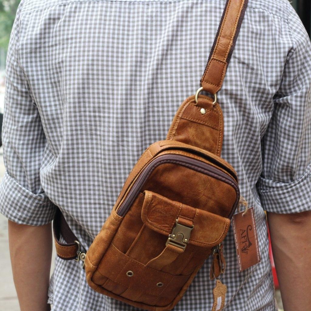 Túi đeo ngực da thật cho nam thời trang bụi bặm màu nâu bò 1