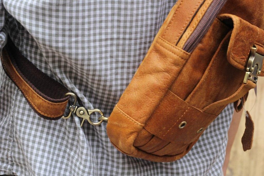 Túi đeo ngực da thật cho nam thời trang bụi bặm màu nâu bò 2