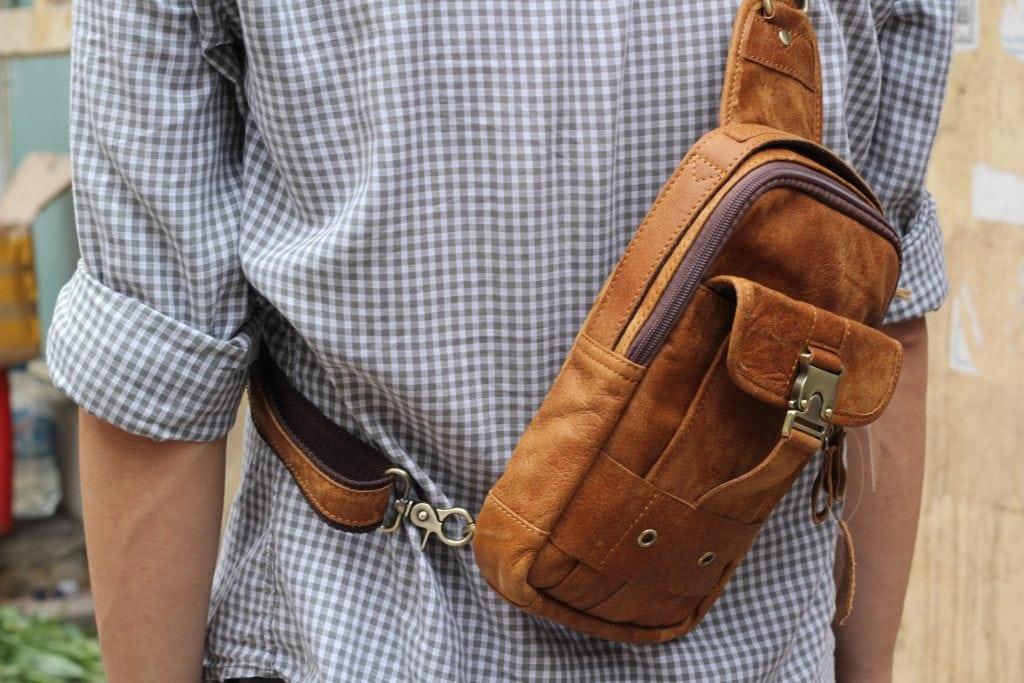 Túi đeo ngực da thật cho nam thời trang bụi bặm màu nâu bò 6