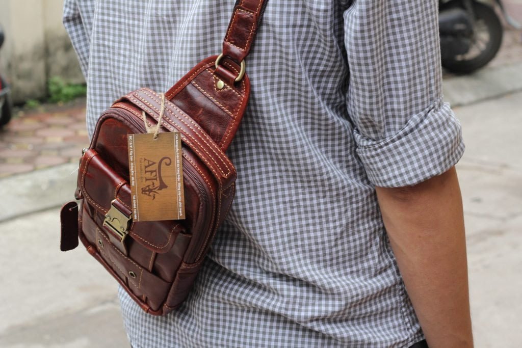 Túi đeo ngực da thật cho nam thời trang bụi bặm màu nâu đỏ 2