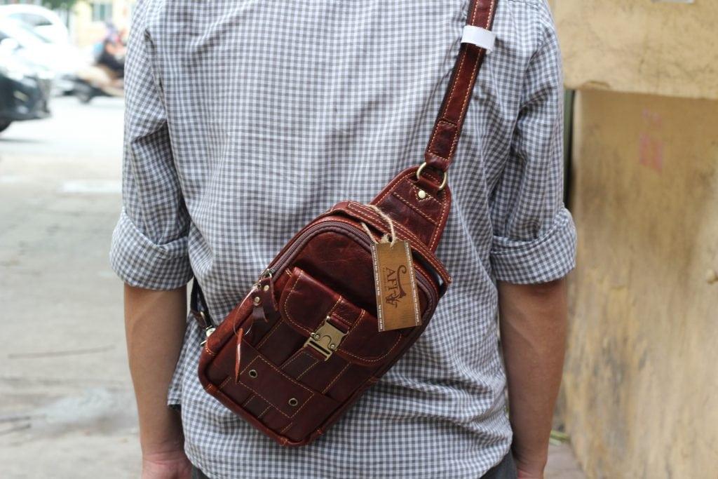 Túi đeo ngực da thật cho nam thời trang bụi bặm màu nâu đỏ 3