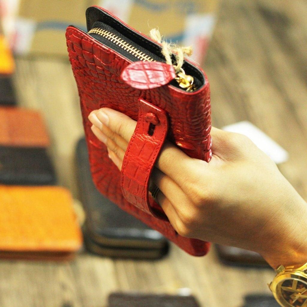 Ví da cá sấu nữ cầm tay thời trang mới nhất 2017 màu đỏ kiểu dáng