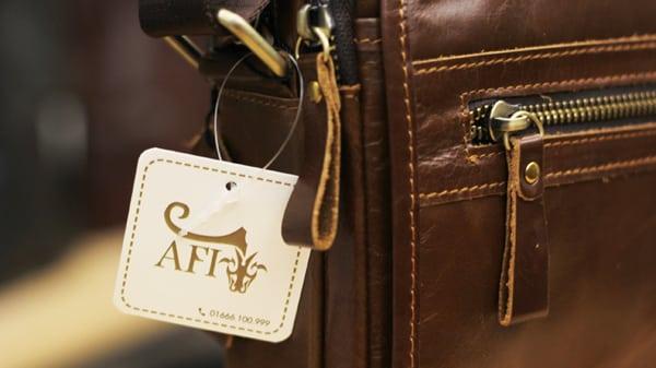 Túi đeo chéo nam da bò contact 04 khóa túi