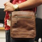 Trên tay túi đeo chéo nam da bò contact 04