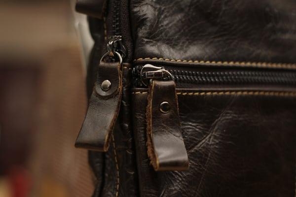 Hình ảnh túi đeo chéo nam da bò contact 05 chi tiết