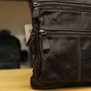 Hình ảnh túi đeo chéo nam da bò contact 05 nhìn nghiêng