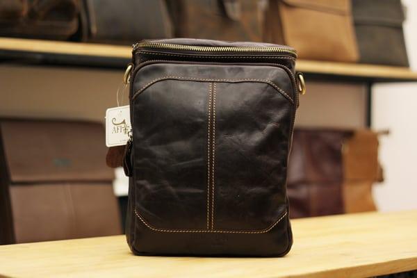 Túi đeo chéo nam da bò contact 06 màu đen