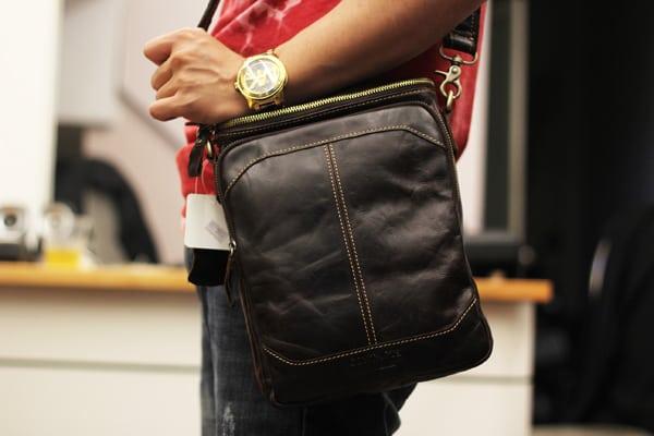 Túi đeo chéo nam da bò contact 06 đeo trên người
