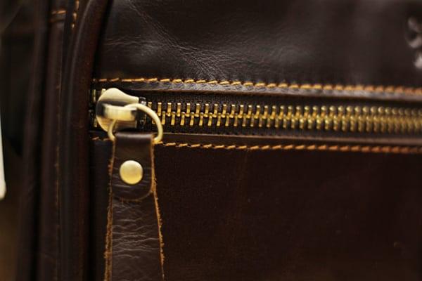 Khóa kéo túi đeo chéo nam da bò contact 07