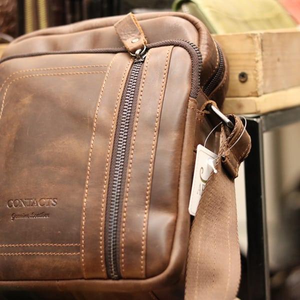 Túi da nam thời trang nhỏ gọn Contact 08 một góc