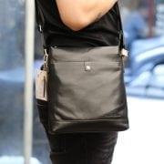 Túi đeo chéo nam thời trang công sở Schwarz Etienne TXSE02 đeo trên người