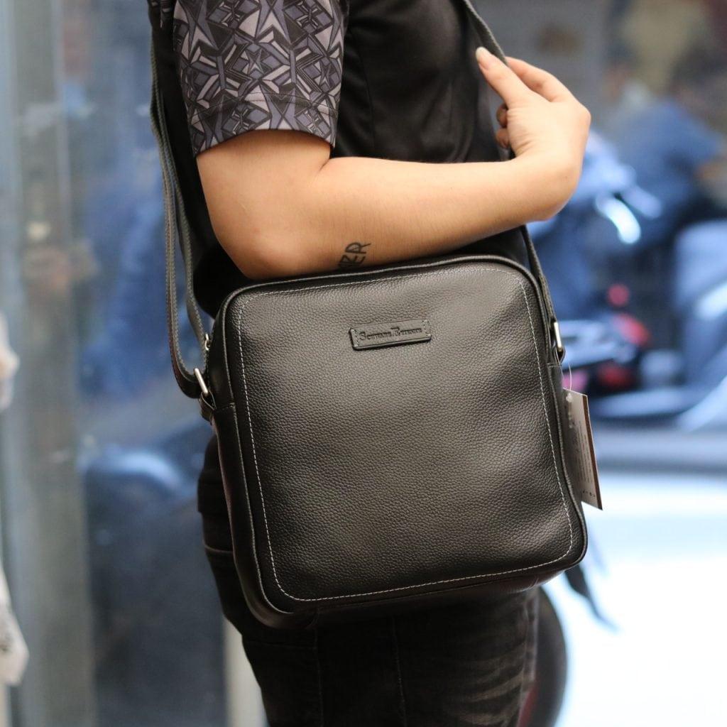 Túi xách nam đeo chéo Schwarz Etienne TXSE07 đen trên người