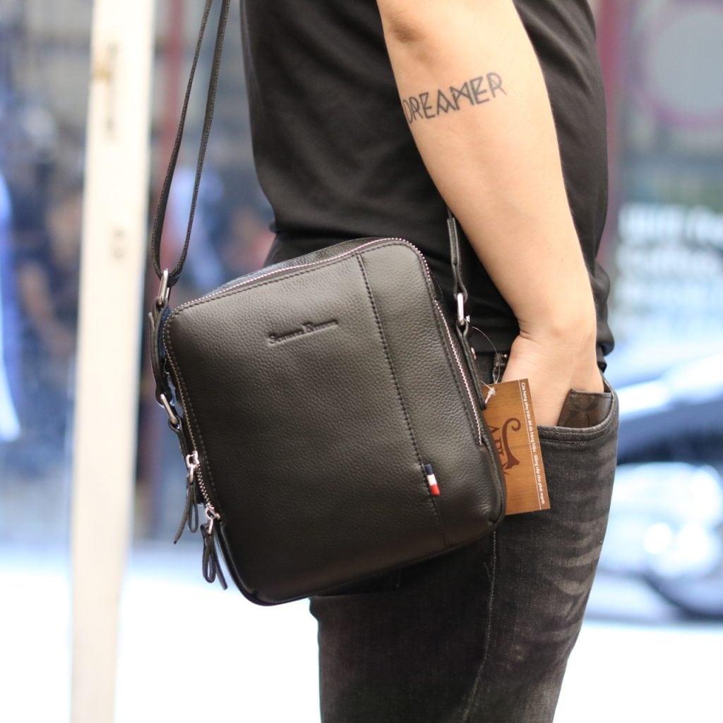 Túi da đeo chéo công sở cho nam giới Schwarz Etienne TXSE05 đeo trên người