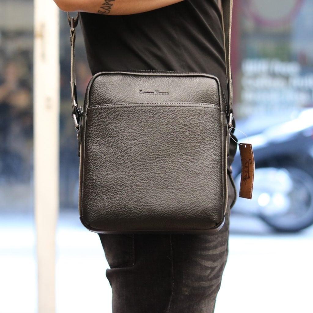 Túi da nam hàng hiệu đẳng cấp cho phái mạnh Schwarz Etienne TXSE04 đeo trên người