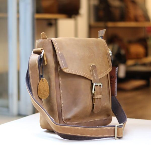 Túi đeo chéo nam da bò sáp thời trang phong cách KT70 góc nghiêng