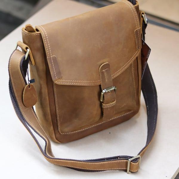 Túi đeo chéo nam da bò sáp thời trang phong cách KT70 mặt trước