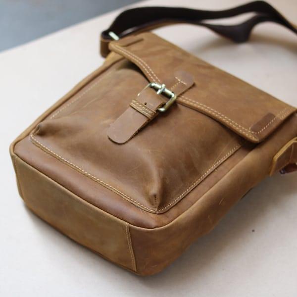 Túi đeo chéo nam da bò sáp thời trang phong cách KT70 toàn cảnh