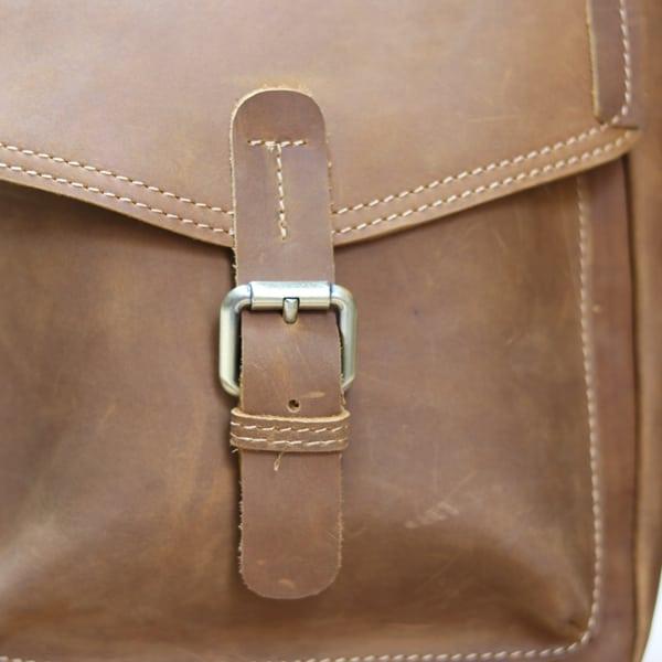 Túi đeo chéo nam da bò sáp thời trang phong cách KT70 khóa đồng chắc chắn mặt trước cách điệu