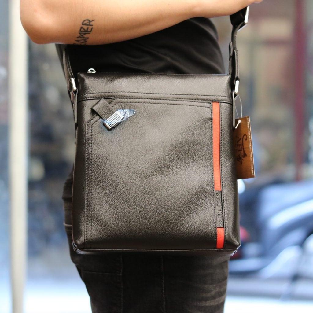 Túi đeo chéo nam hàng hiệu Schwarz Etienne thời trang lịch lãm TXSE03 đeo trên người