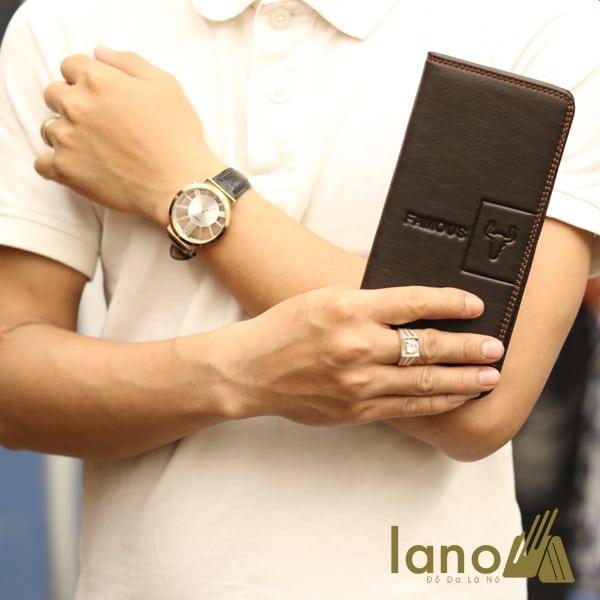 Ví cầm tay nam 2 gấp logo đầu trâu mới lạ VCTN018 trên tay