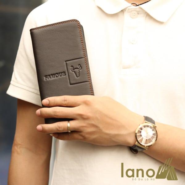 Ví cầm tay nam 2 gấp logo đầu trâu mới lạ VCTN018 nâu trên tay