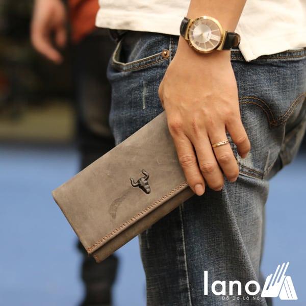 Ví cầm tay nam 3 gấp da bò thật thời trang tiện lợi VCTN020 ghi - trên tay