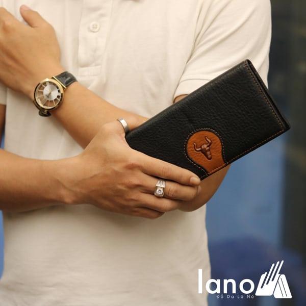 Ví cầm tay nam loại dài 2 gấp logo đầu trâu mới VCTN019 đen - trên tay