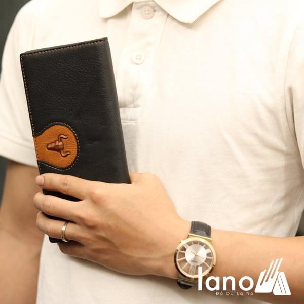 Ví cầm tay nam loại dài 2 gấp logo đầu trâu mới VCTN019 trên tay