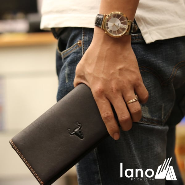 Ví dài nam cầm tay logo đầu trâu 2 gấp tuyệt đẹp VCTN017 trên tay